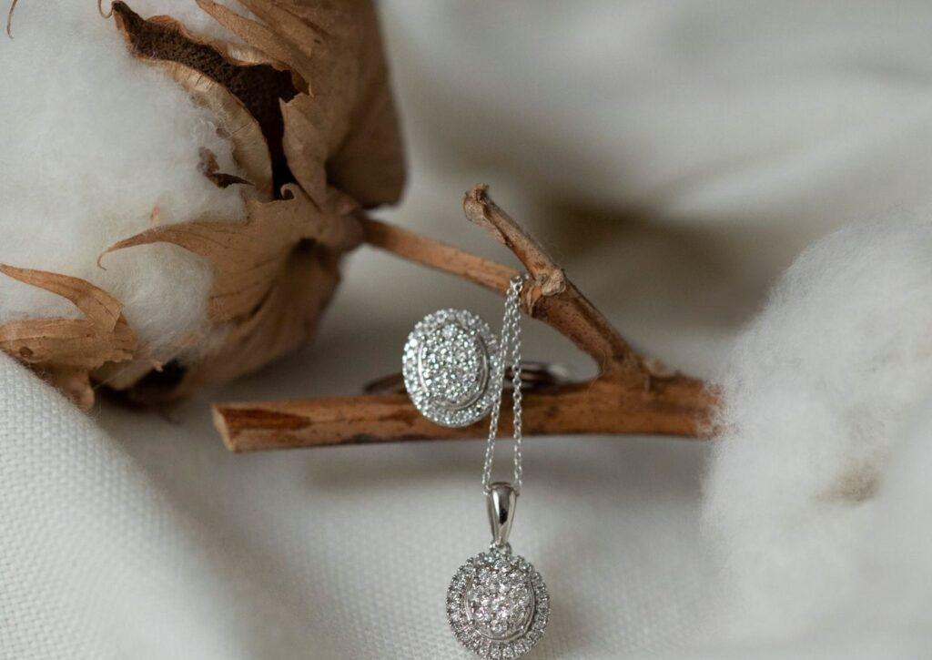 Podpořte krásu ženy krásným šperkem s brilianty